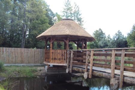 Mała altana połączona z pomostem przy domu weselnym w okolicach Wyszkowa